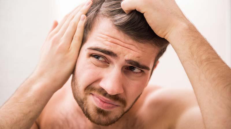 Krankheitsbedingter Haarausfall oder natürlicher Prozess – Wo ist der Unterschied?